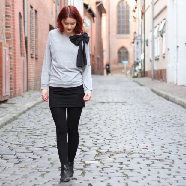 0_outfit_schwarzerhmrock_grauerpullimitschleife_chelseaboots