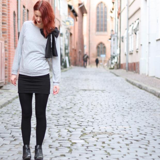 1_outfit_schwarzerhmrock_grauerpullimitschleife_chelseaboots
