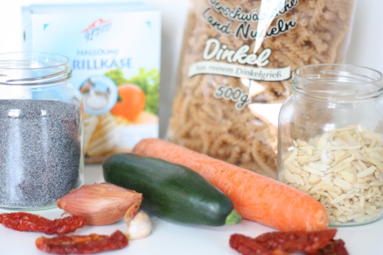 1_Pasta_mit Halloumi Gemüse Mandeln Mohn