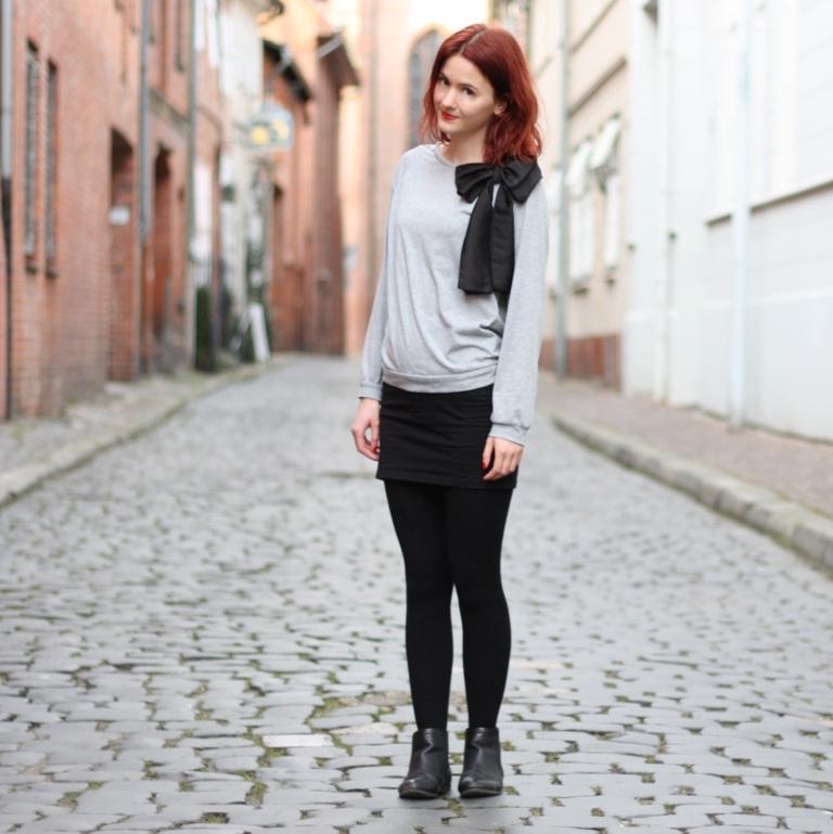 2_outfit_schwarzerhmrock_grauerpullimitschleife_chelseaboots