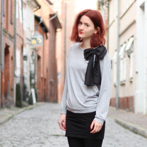 3_outfit_schwarzerhmrock_grauerpullimitschleife_chelseaboots