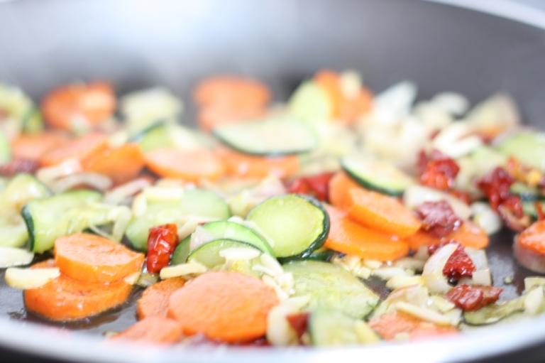 4__Pasta_mit Halloumi Gemüse Mandeln Mohn
