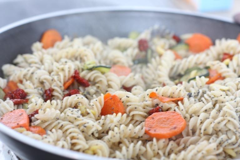 5__Pasta_mit Halloumi Gemüse Mandeln Mohn