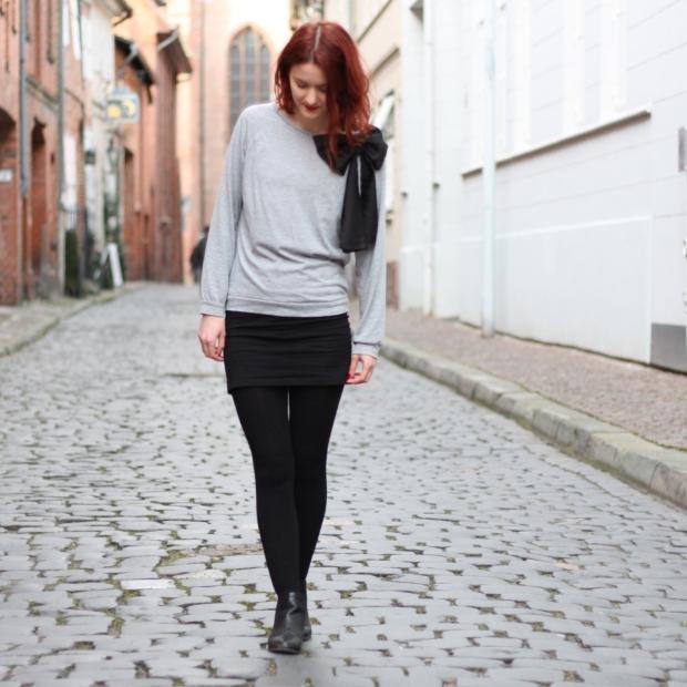 5_outfit_schwarzerhmrock_grauerpullimitschleife_chelseaboots