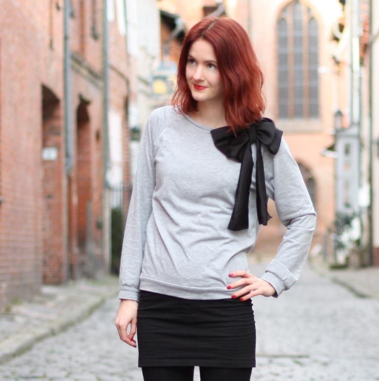 6_outfit_schwarzerhmrock_grauerpullimitschleife_chelseaboots