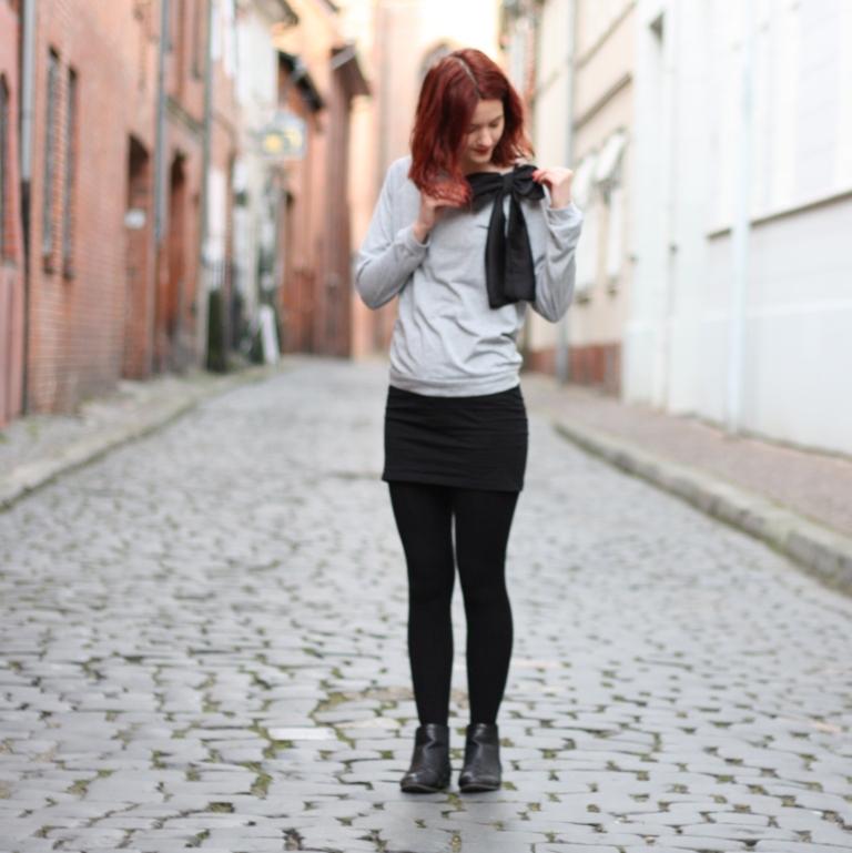 8_outfit_schwarzerhmrock_grauerpullimitschleife_chelseaboots