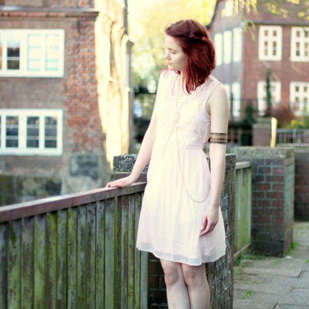 10_rosa Kleid, mintgrüner Cardigan und Bodychain