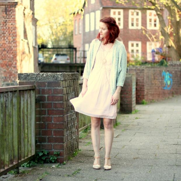 11_rosa Kleid, mintgrüner Cardigan und Bodychain