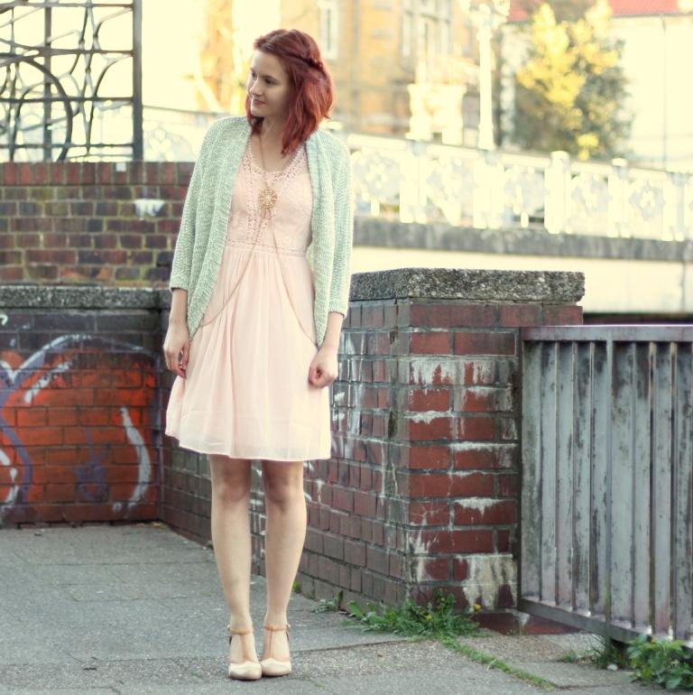 2_rosa Kleid, mintgrüner Cardigan und Bodychain