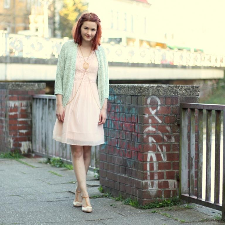 3_rosa Kleid, mintgrüner Cardigan und Bodychain