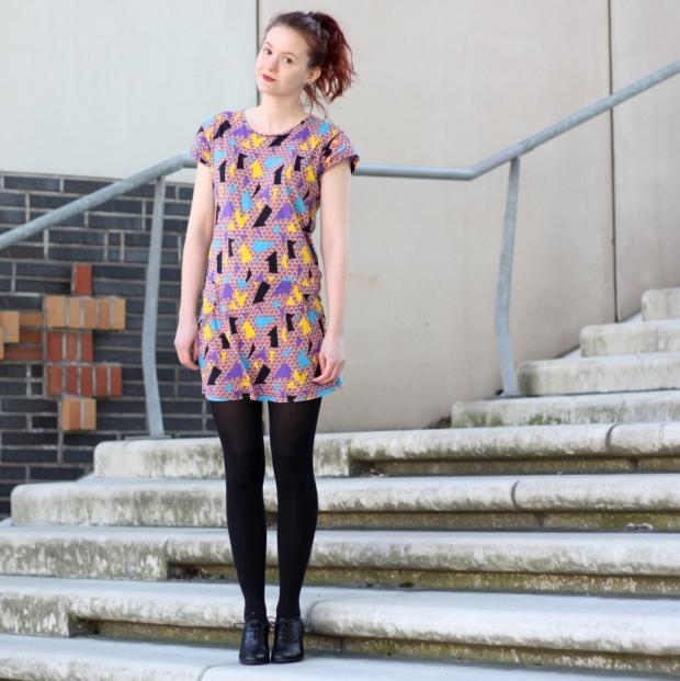 4_geometrics_outfit_geometrische muster-kleid