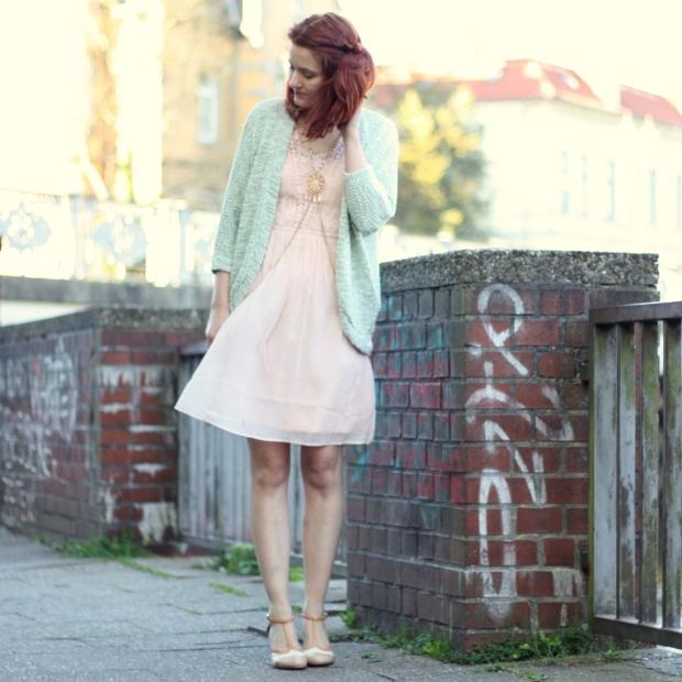 4_rosa Kleid, mintgrüner Cardigan und Bodychain