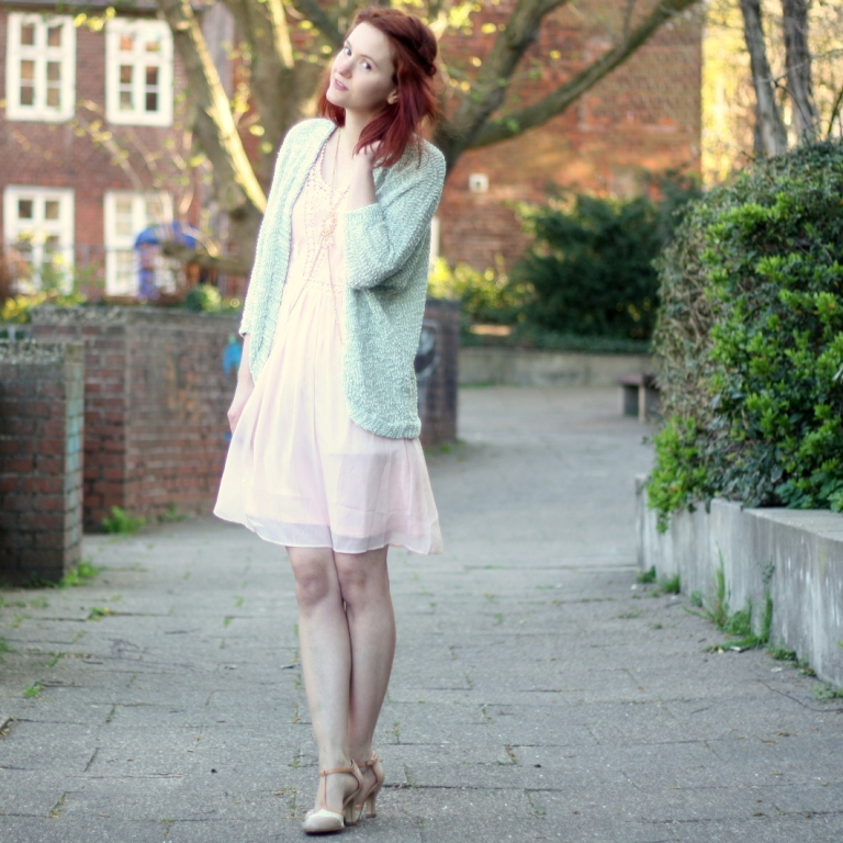 5_rosa Kleid, mintgrüner Cardigan und Bodychain