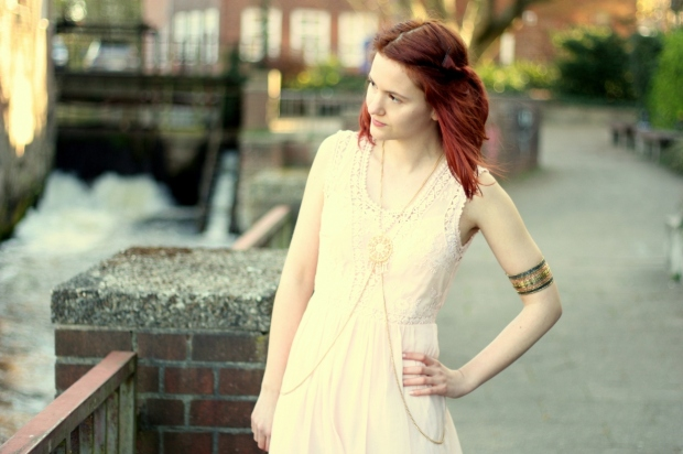 6_rosa Kleid, mintgrüner Cardigan und Bodychain