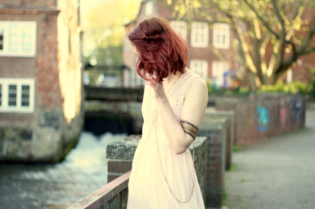 7_rosa Kleid, mintgrüner Cardigan und Bodychain