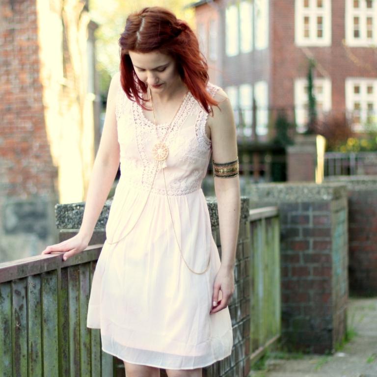 8_rosa Kleid, mintgrüner Cardigan und Bodychain