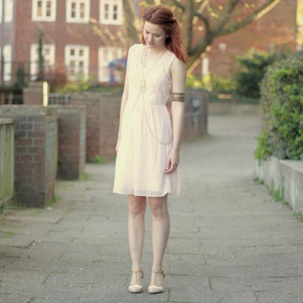 9_rosa Kleid, mintgrüner Cardigan und Bodychain