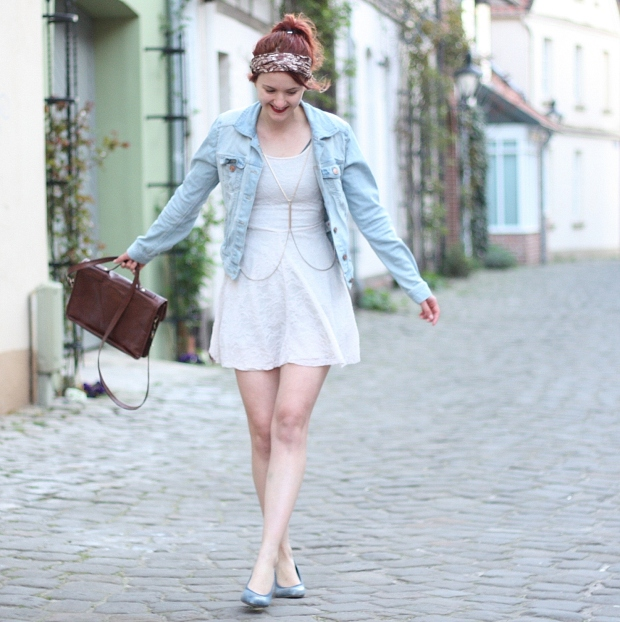 1 (2) Outfit weißes Spitzenkleid Jeansjacke