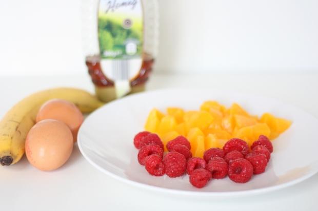 1_Bananen-Pfannkuchen mit Pfirsich und Himbeeren