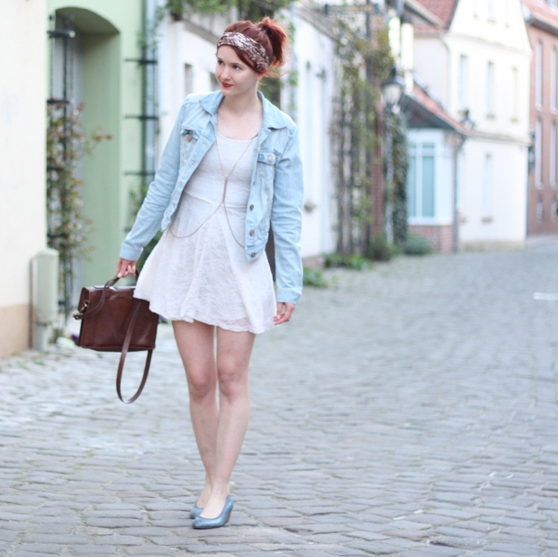 2 Outfit weißes Spitzenkleid Jeansjacke
