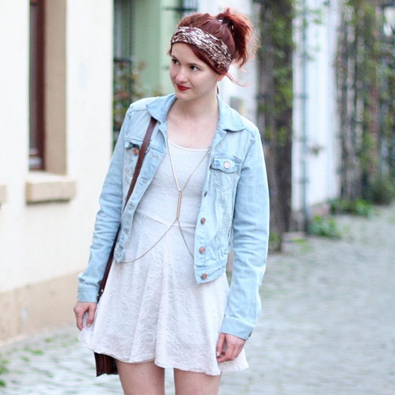 3-1 Outfit weißes Spitzenkleid Jeansjacke