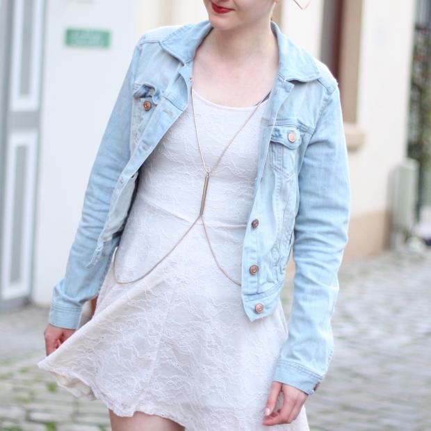 3-2 Outfit weißes Spitzenkleid Jeansjacke
