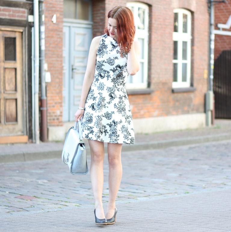 3_outfit_trapez tasche_blumenkleid mit kragen