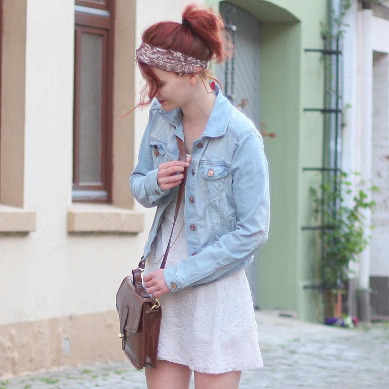 4 Outfit weißes Spitzenkleid Jeansjacke