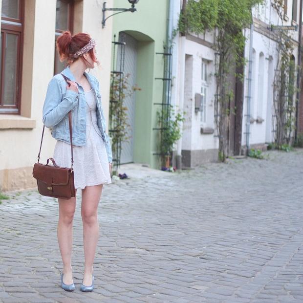 5 Outfit weißes Spitzenkleid Jeansjacke