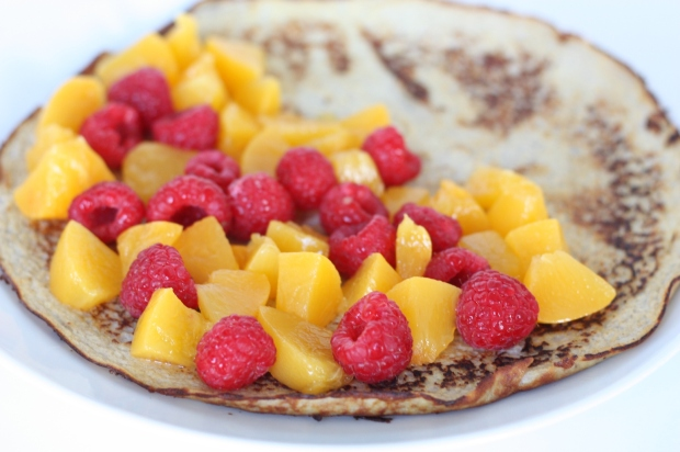 5_Bananen-Pfannkuchen mit Pfirsich und Himbeeren