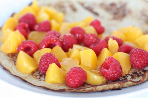 6_Bananen-Pfannkuchen mit Pfirsich und Himbeeren