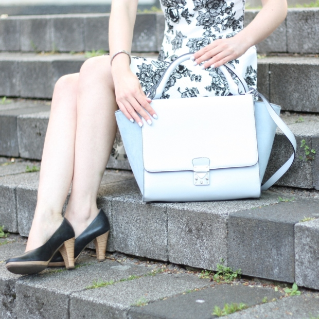 6_outfit_trapez tasche_blumenkleid mit kragen