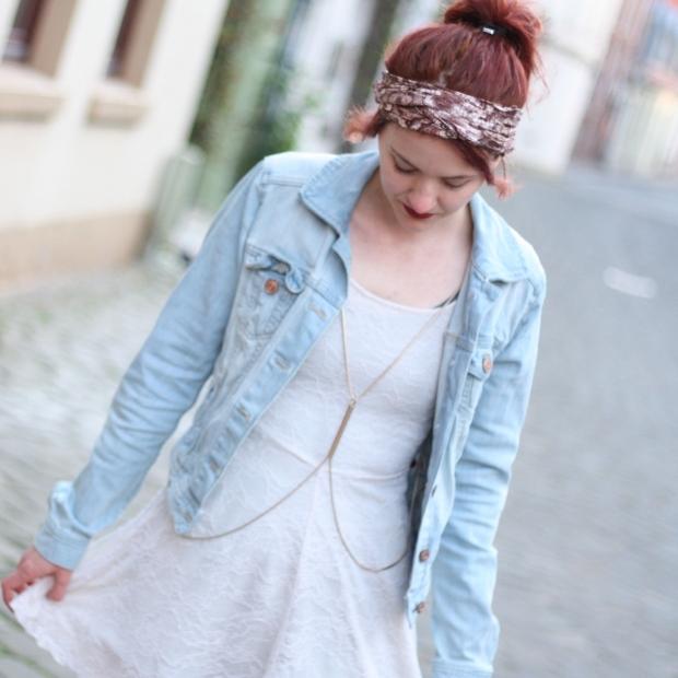 7 Outfit weißes Spitzenkleid Jeansjacke