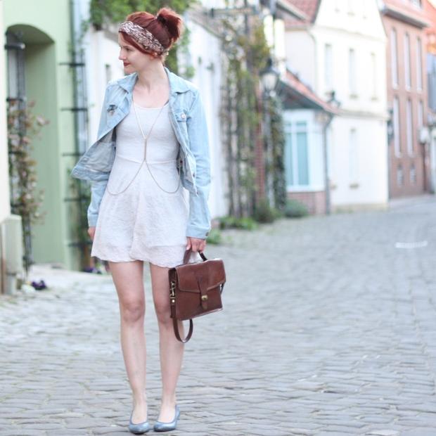 8 Outfit weißes Spitzenkleid Jeansjacke