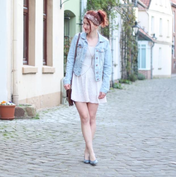 9 Outfit weißes Spitzenkleid Jeansjacke