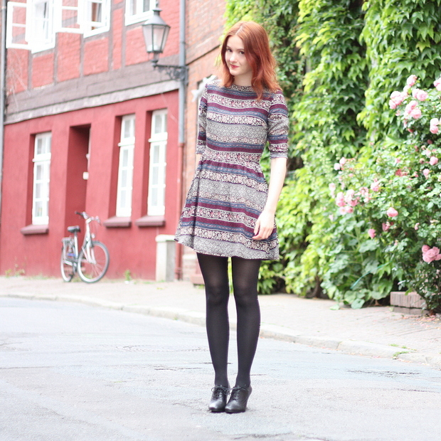 1_Outfit gemustertes Kleid Fashion ID