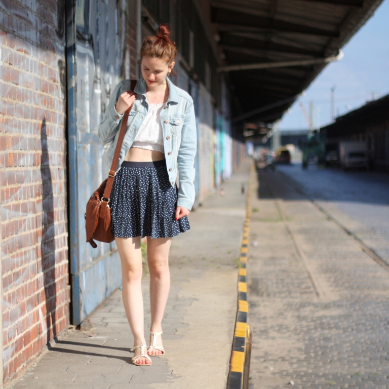 2_outfit_faltenrock_croptop_jeansjacke