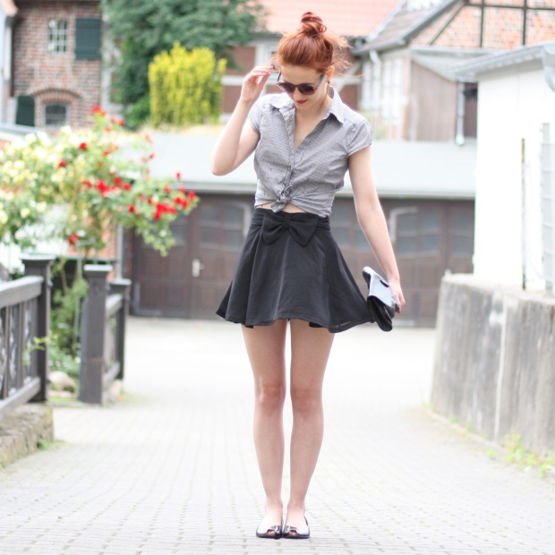 2_outfit_schwarzer Rock karierte Bluse Clutch