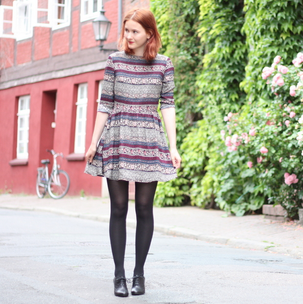 3_Outfit gemustertes Kleid Fashion ID