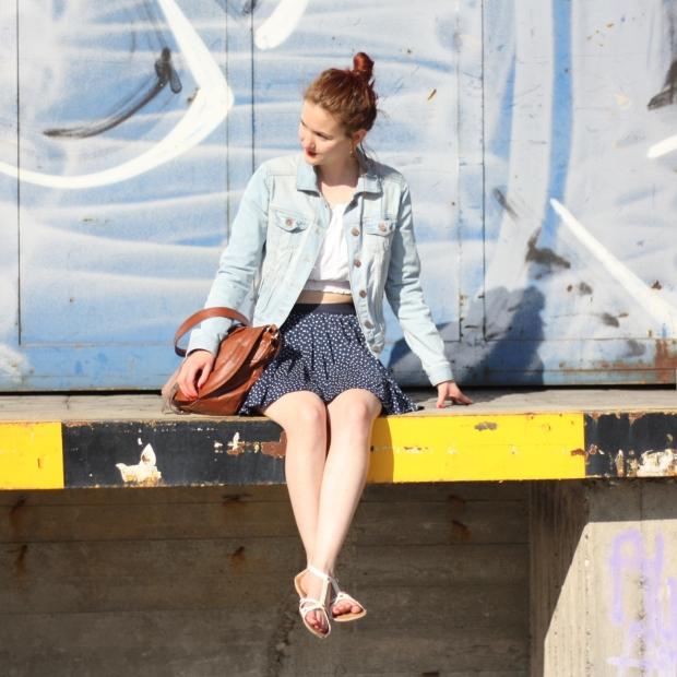 3_outfit_faltenrock_croptop_jeansjacke