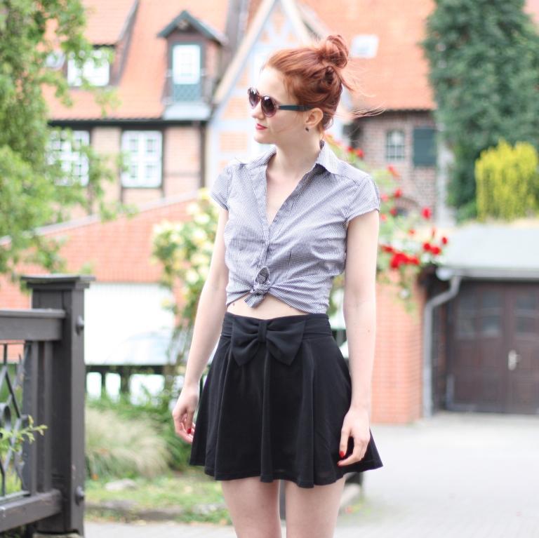 3_outfit_schwarzer Rock karierte Bluse Clutch