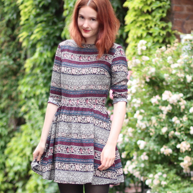4_Outfit gemustertes Kleid Fashion ID