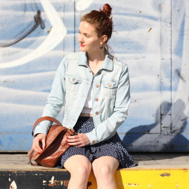 4_outfit_faltenrock_croptop_jeansjacke