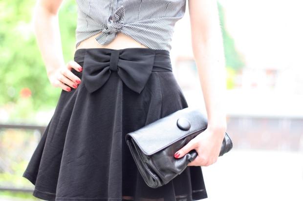 4_outfit_schwarzer Rock karierte Bluse Clutch