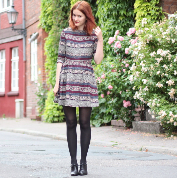 5_Outfit gemustertes Kleid Fashion ID