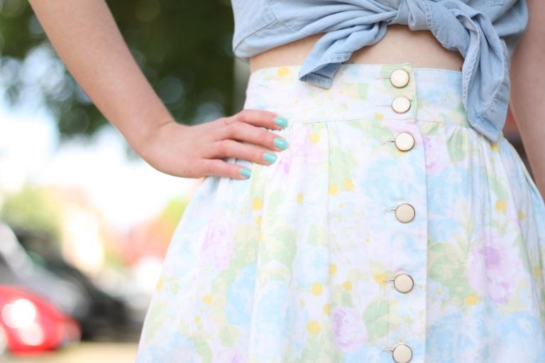 5_outfit_heller blümchenrock vintage jeanshemd_essie turquoise
