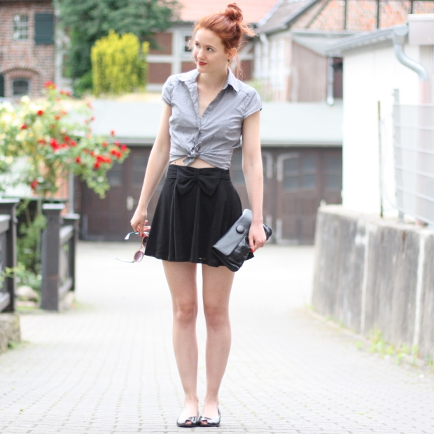 5_outfit_schwarzer Rock karierte Bluse Clutch