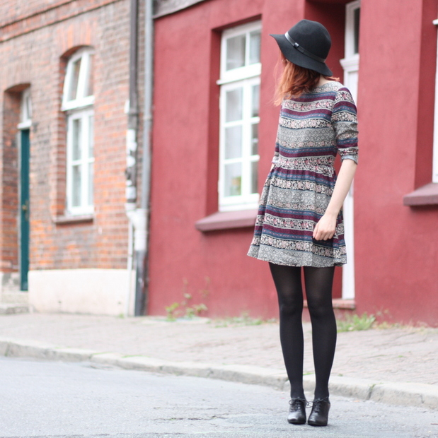 6_Outfit gemustertes Kleid Fashion ID