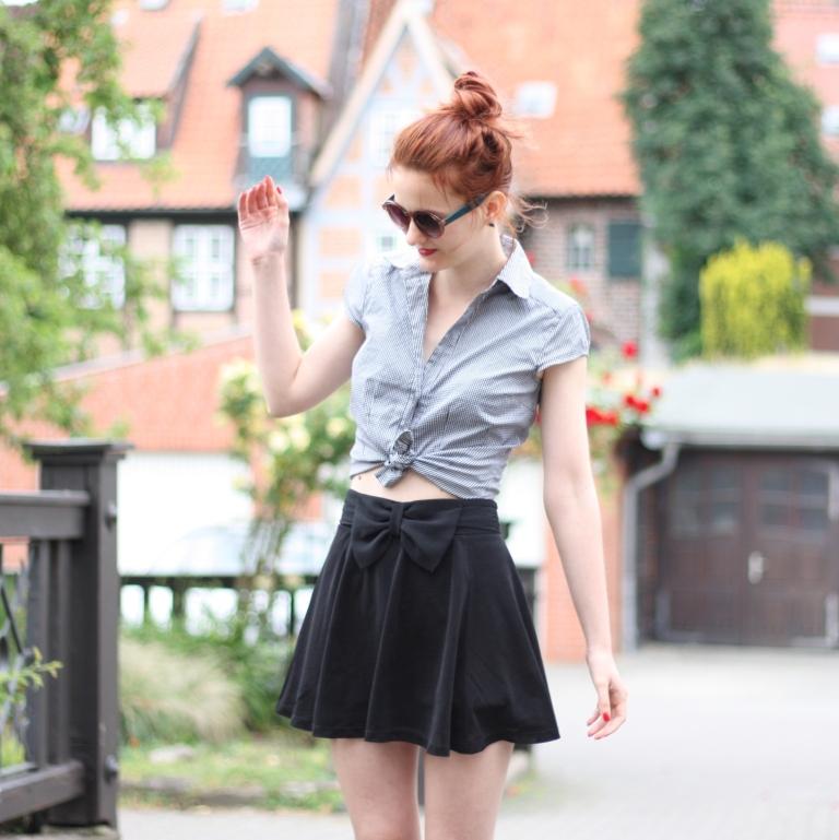 6_outfit_schwarzer Rock karierte Bluse Clutch