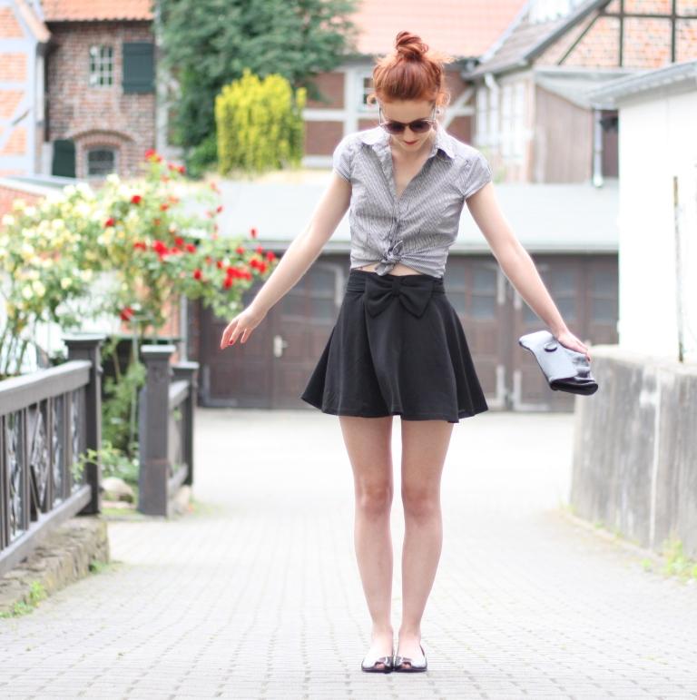 7_outfit_schwarzer Rock karierte Bluse Clutch
